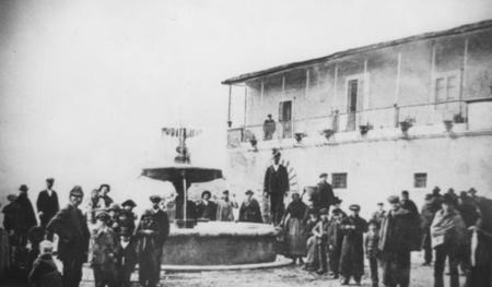 Fontana in alabastro, P.zza Umberto I (foto storica)